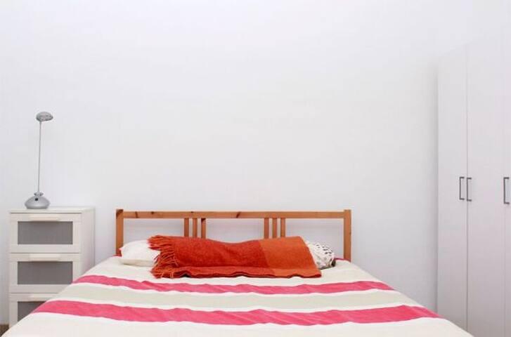 Habitación amplia entre Gràcia y Eixample!