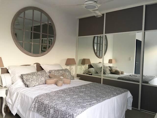 Chambre 1 : deux adultes lit 160 cm, baie vitrée  sur terrasse, avec ventilateur de plafond et climatisation réversible.