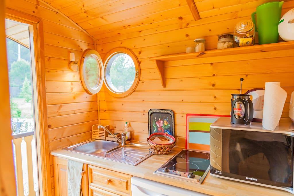 une kitchenette tout confort pour vos repas possibles en formule location