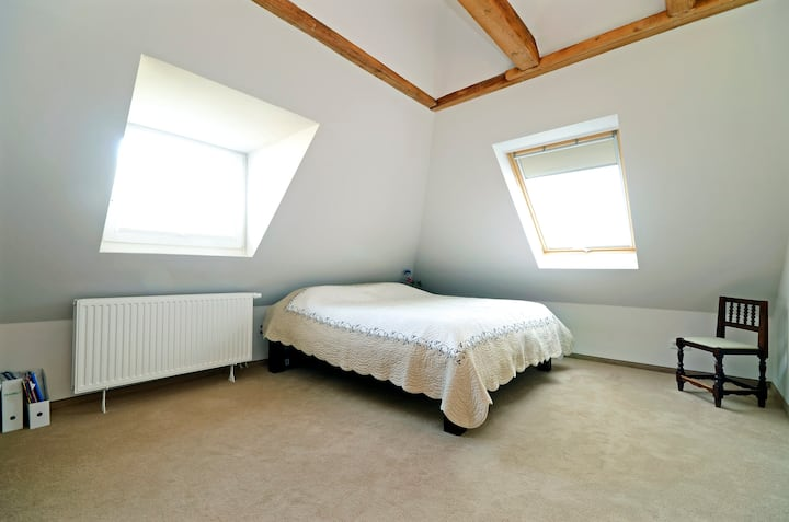 Cosy large room with a 2m large bed !