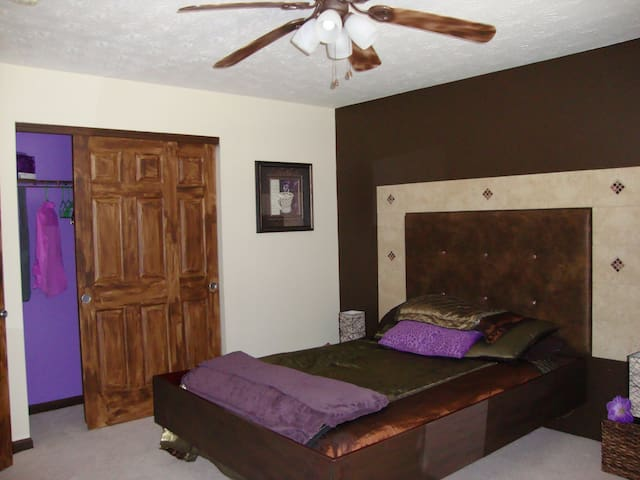 Nice Guest Bedroom with own BR - West Chester Township - Rumah
