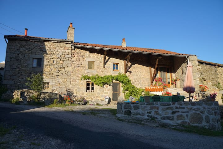 Chez la Vierzou in Auvergne - Charraix - Bed & Breakfast