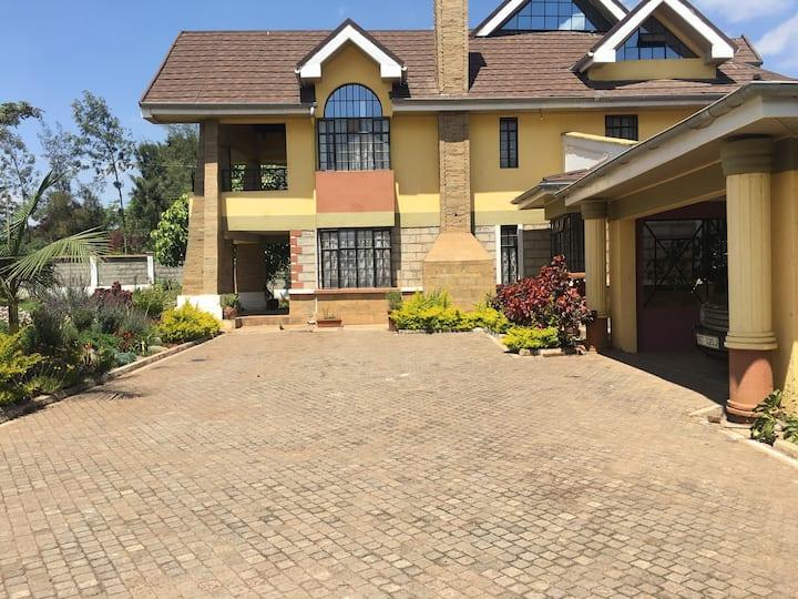 Ikonia Karen Retreat Villa (Nairobi Room)