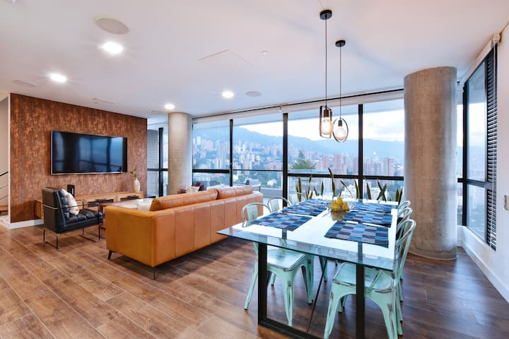LUXURIOUS OPEN PLAN LOUNGE AND DINING AREA
