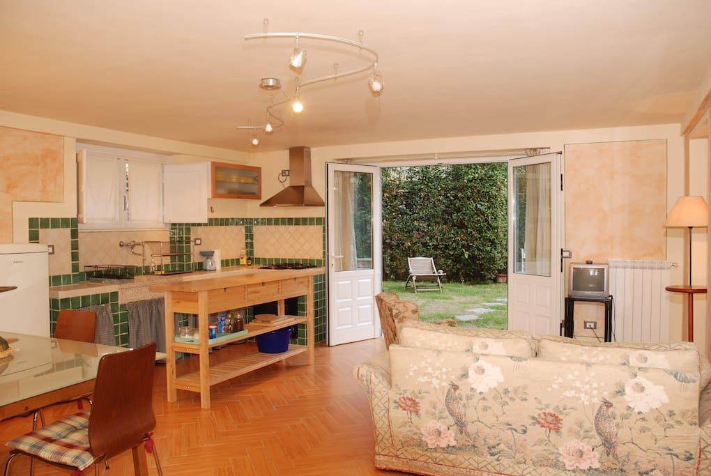Cucina/soggiornocon ingresso dal giardino