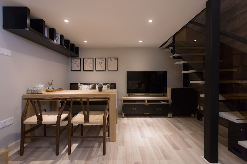 50-inch TV equipped with surround sound. The flat is also equipped with an all in one media center for music and free movies. 50寸高清平板电视,配有环绕音响,并安装有一站式媒体中心和免费电影。