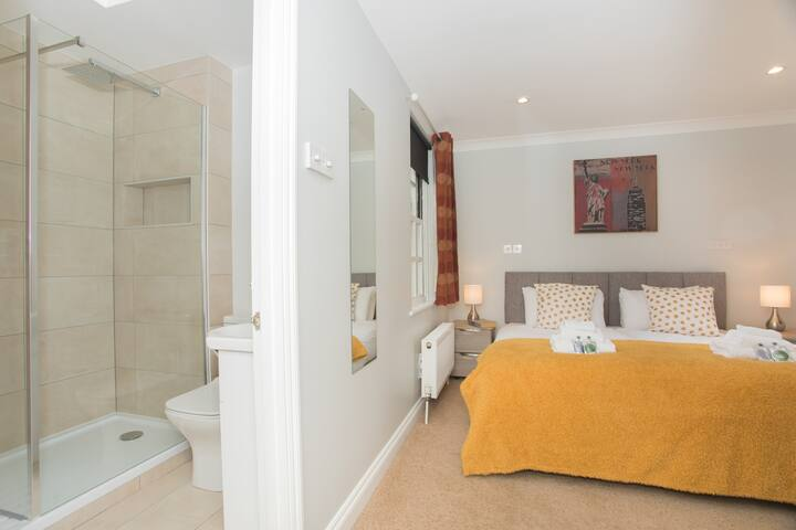 Master bedroom with en-suite and zip and link bed that can be set up as super king or two singles