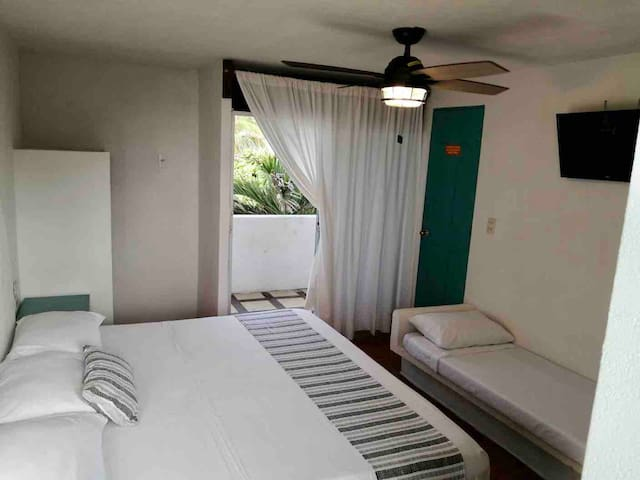 Cuenta con cama king size , un sofá cama individual por si desea una persona adicional. Baño privado, aire acondicionado, ventilador de techo , tv e internet de alta velocidad. Balcón con vista lateral al mar . Te va a encantar ‼️