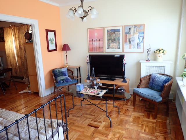 Cozy Apartment in Quiet Neighborhood