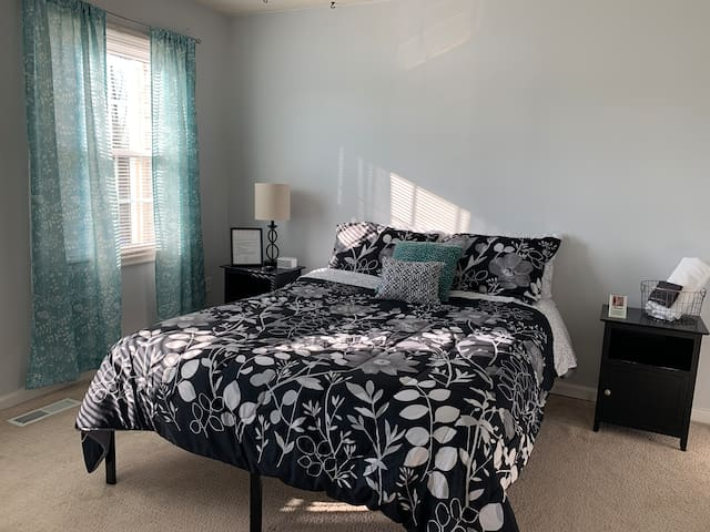 Cozy master bedroom close to IAD, Metro and shops!