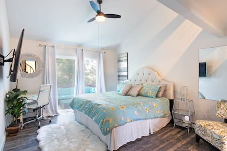 Stylish & Comfy- Great Location, King Beds, Wi-Fi