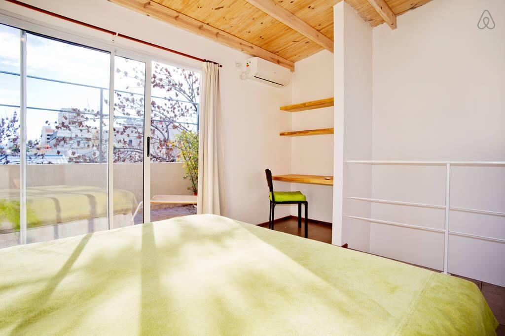 dormitorio y puerta a la terraza