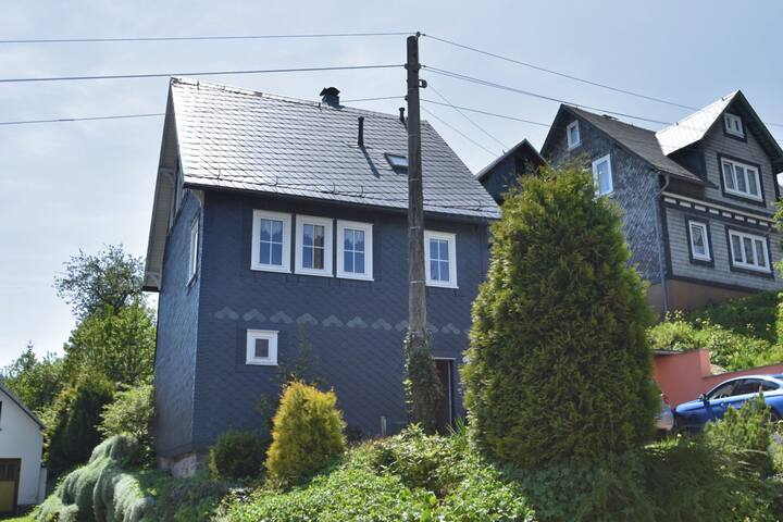 Lovely half-timbered house in Thuringia with fireplace, party room in the basement and garden