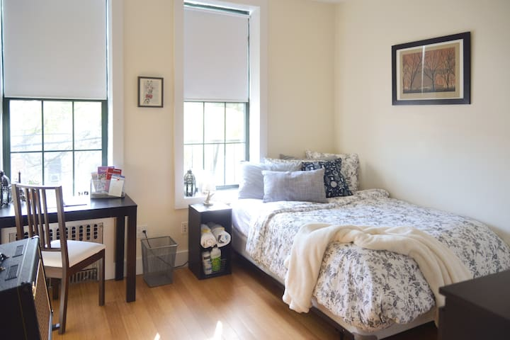 Private+Cozy Room w/ Superhost ($0 Cleaning Fee)!