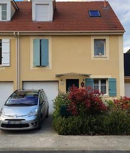 Maison sympathique - Maurepas - Haus