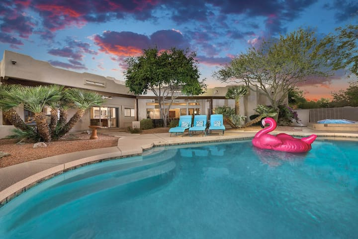 Elegant, dog-friendly getaway in the desert, pool, hot tub, firepit