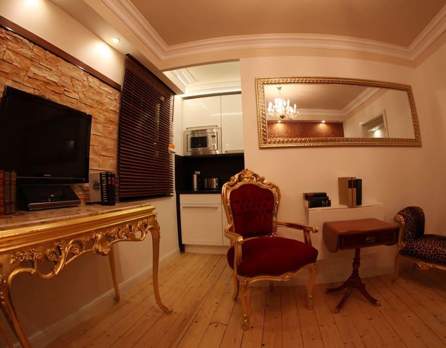 Wohnzimmer, mit Music Dockingstation,   Flat TV (SAT), Kochnische