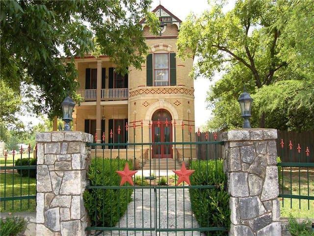 Ranch Hand Bunk House RED room - Comfort - Otros