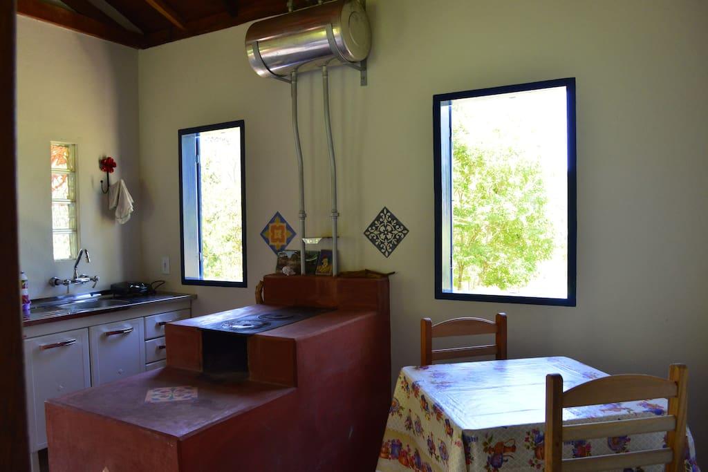 Fogão a lenha e cozinha Chalé da Cachoeira