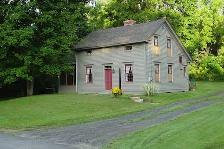 Restored 1886  Eyebrow Colonial  ~~ - Stockbridge - Haus