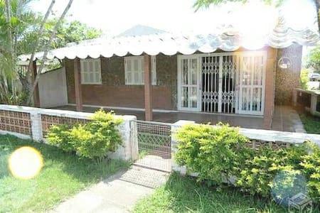 Casa em Guaratuba com 3 quartos ótima localização. - Guaratuba - House