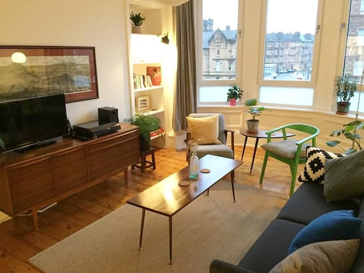 Bright, spacious flat. Near centre. Free parking