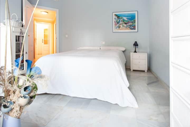 Gran habitación en Sevilla con baño privado