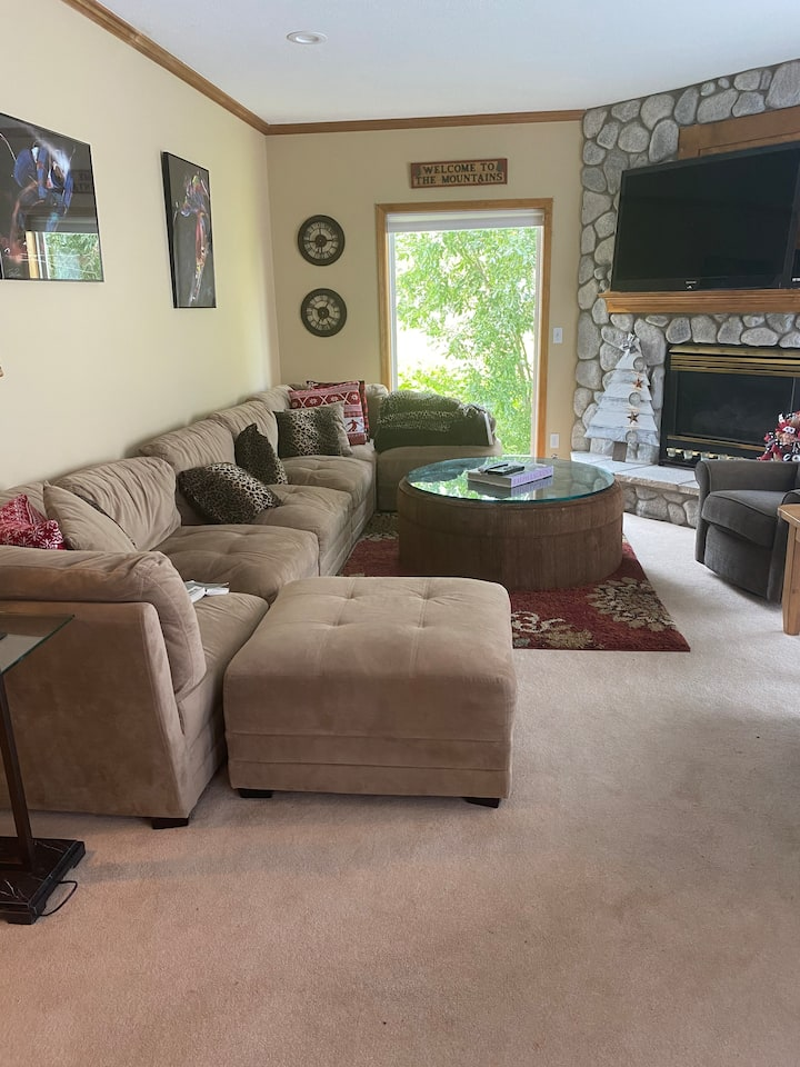 REAL Ski in/out 3 bdrm condo w/hot tub & game room