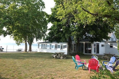 Lil's on the Lake: ON CRYSTAL LAKE & PET-FRIENDLY!