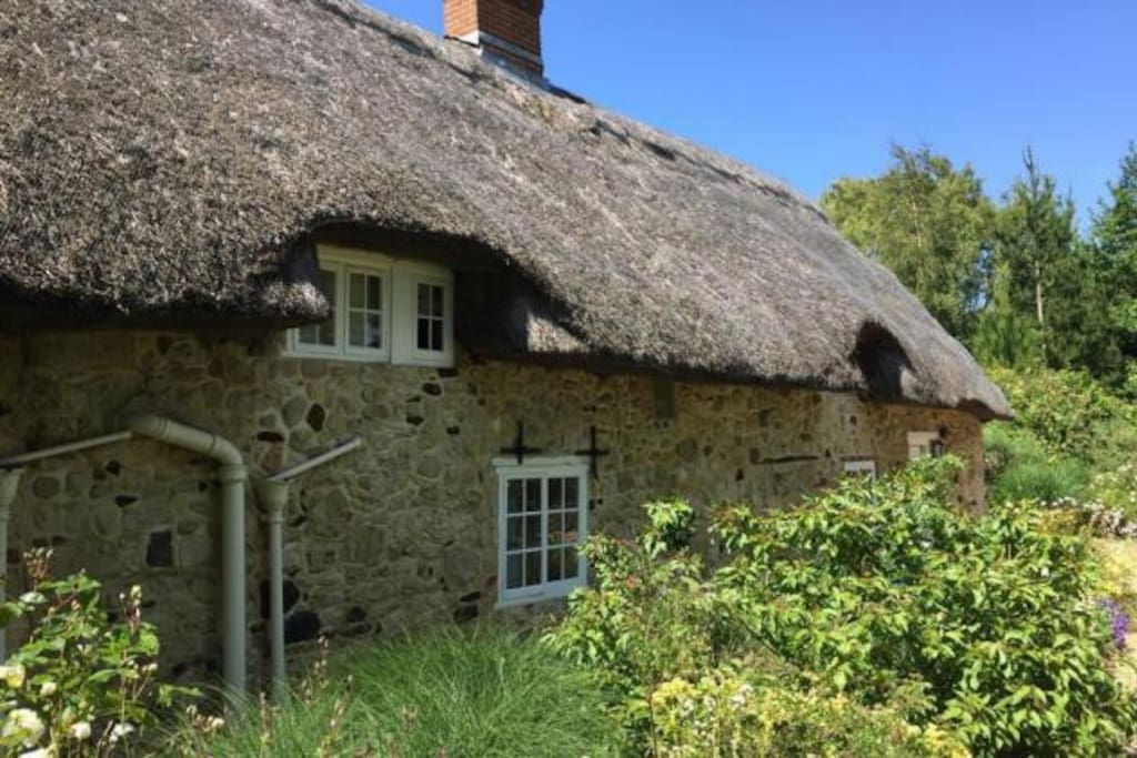Beautiful thatched family cottage houses for rent in for Family cottages