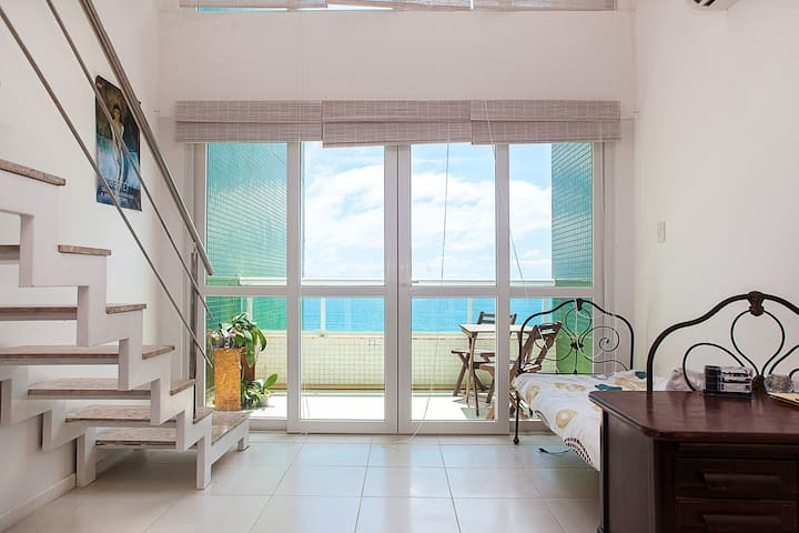 Sea view Mezzanine Loft! Air-con Pool Gym & Squash