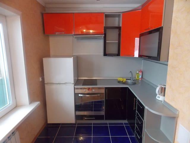 Хорошая квартира в центре города - Lesosibirsk - Apartamento