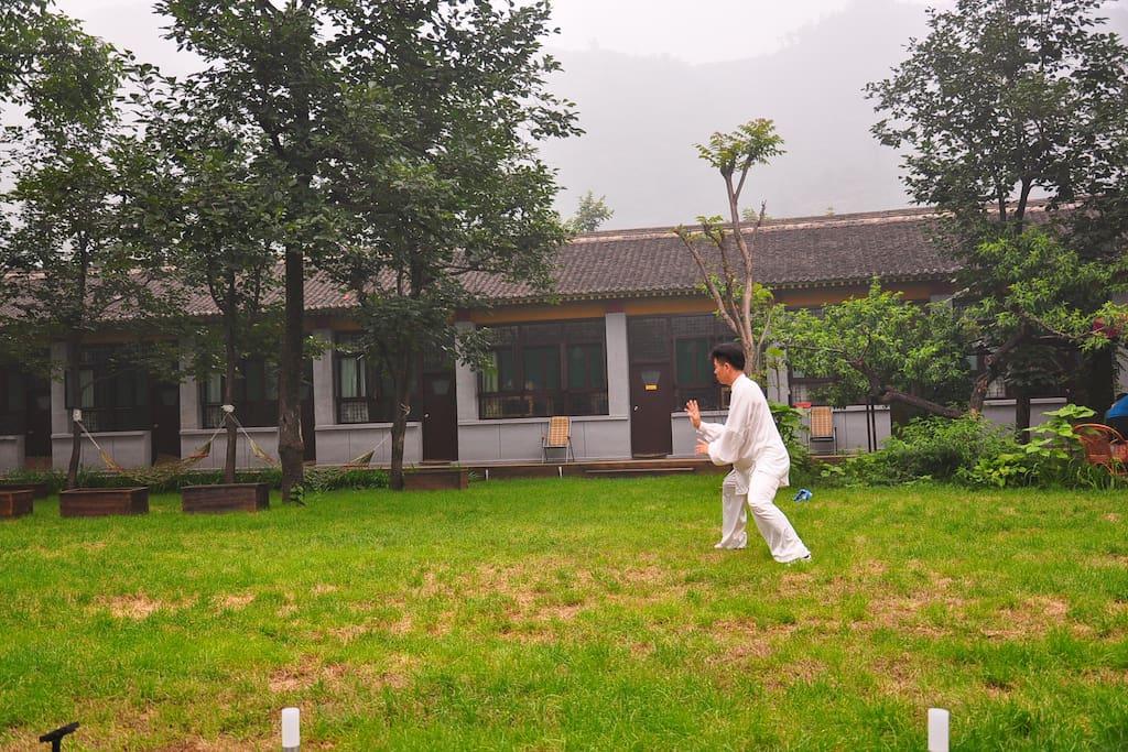 play Taiji Kongfu in the spring