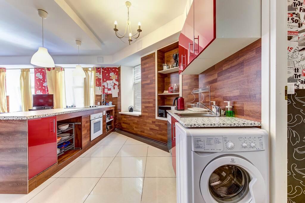 Кухня-остров есть посудомоечная и стиральная машина, плита и духовка