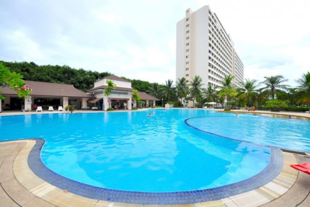 piscina e struttura adiacente