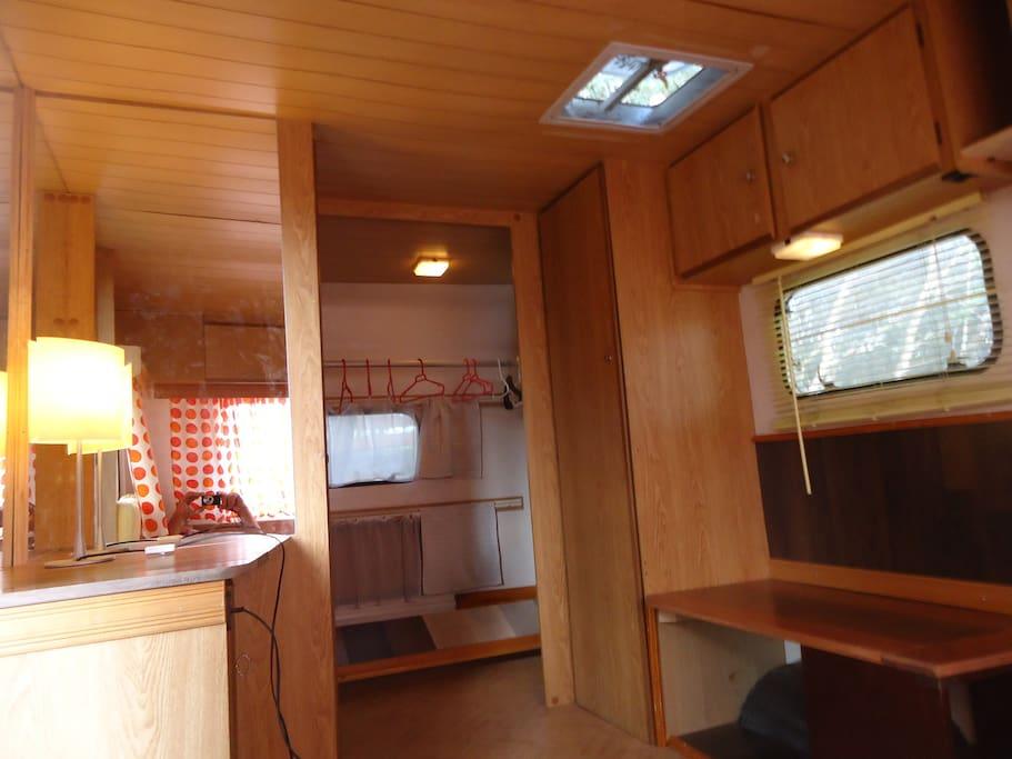 Hemos renovado con maderas tropicales los interiores de la roulotte dándole un ambiente muy acogedor.