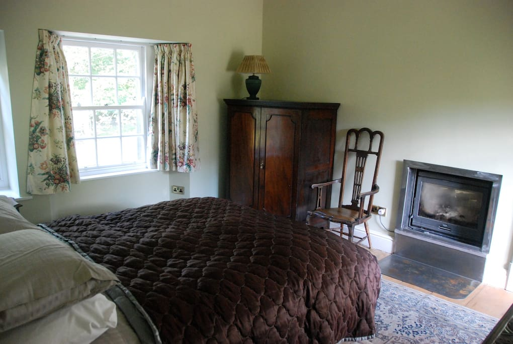 King sized bed and log fire lovely private bathroom adjacent.