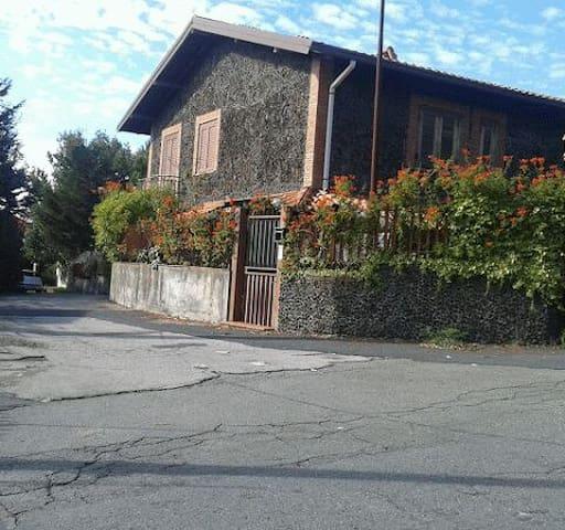 Villa Sandra alle pendici dell'Etna - Scalonazzo - บ้าน