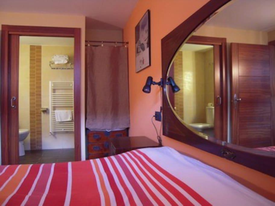 Dormitorio y baño.