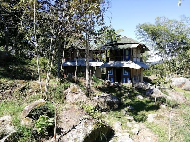 CABAÑAS EN GUADUA, CON RIO Y MONTAÑA