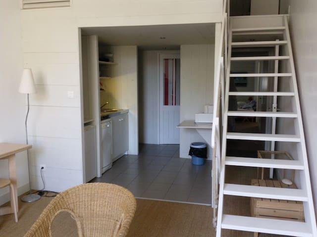 Appartement Coin cuisine et porte  de la salle de bain au fond