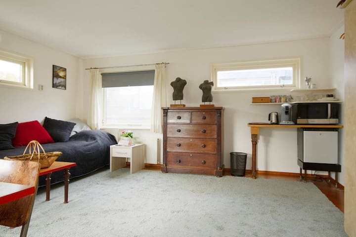 Large Studio | Authentic Houseboat | Just 10 min from CITY CENTER!
