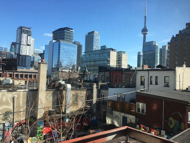 Modern 1BR in Trendy Queen West 7 - FREE PARKING