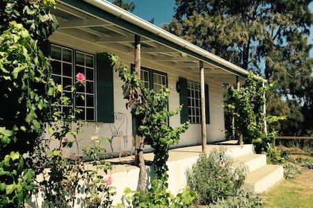 Kiku Cottage on Cheverells Farm-countryside bliss! - Grabouw - Cabane