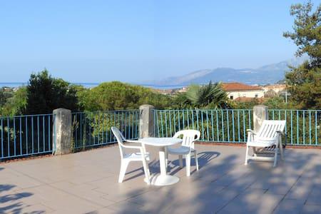 Haus mit Garten und Terrasse in Villammare - Villammare - Loma-asunto