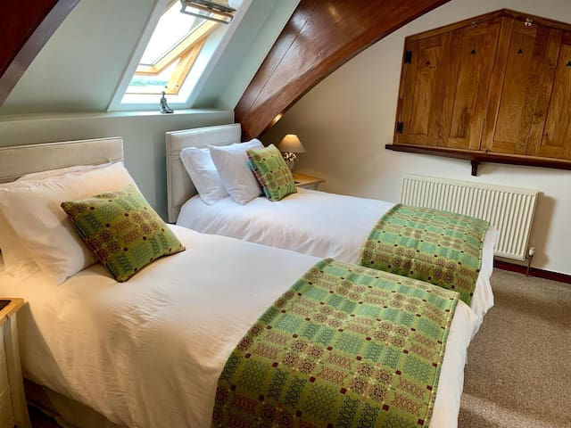 OLD SCHOOL WITH TWIN BEDS LUXURY BEDDING