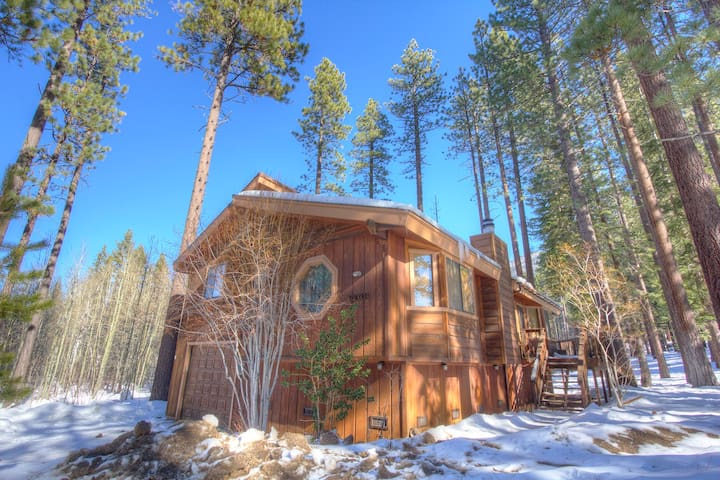 Adorable 3 Bedroom Home Half Mile to Heavenly - South Lake Tahoe - House