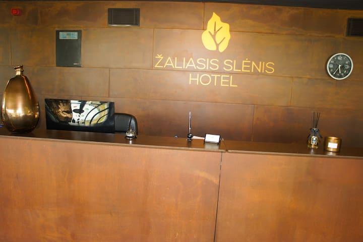 Zaliasis slenis hotel