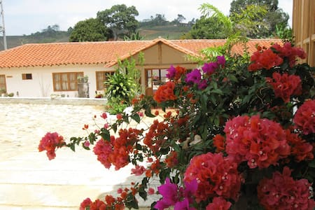 Habitación doble con baño privado - Bucaramanga