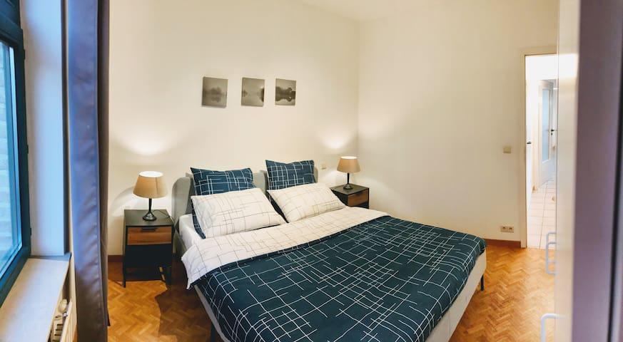"""Grande chambre double avec couette """"Bleu Prusse"""""""